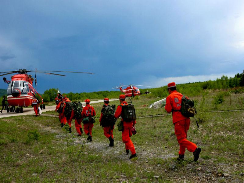 5 2016年5月19日和21日 黑龙江大兴安岭呼中区林场发生森林火灾 森林直升机支队驻防塔河分队迅速出动3架直升机装载扑火人员以及吊桶洒水支援地面部队