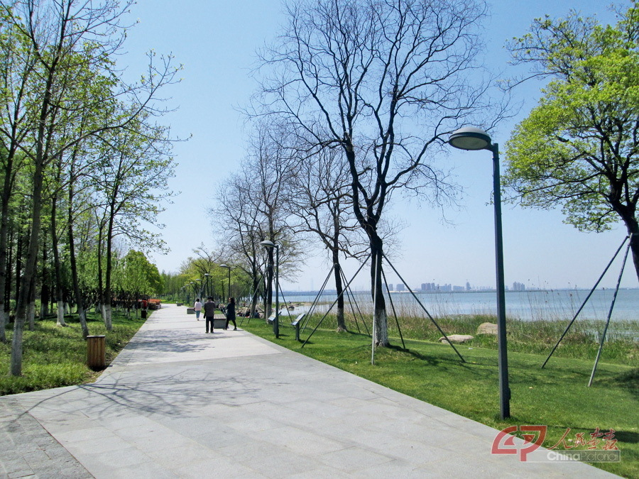 The shores of Yangcheng Lake are a popular place to while away a sunny afternoon.